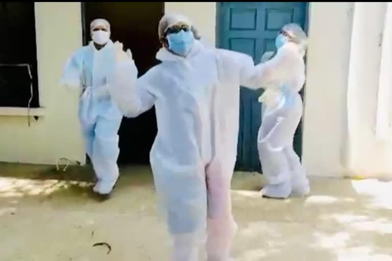 पीपीई किट घालून डॉक्टरांनी केला डान्स !
