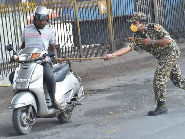 पोलिसांना चार बोट लागली तर सहा जनावर गुन्हा ! पोलिसांनी मारले तर चौकशी !!