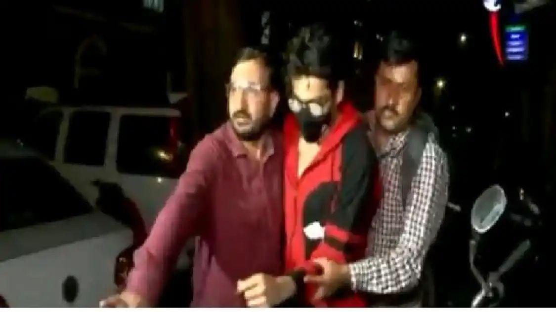 शाहरुख खान च्या पोराला पोलिसांनी घेतलं ताब्यात !